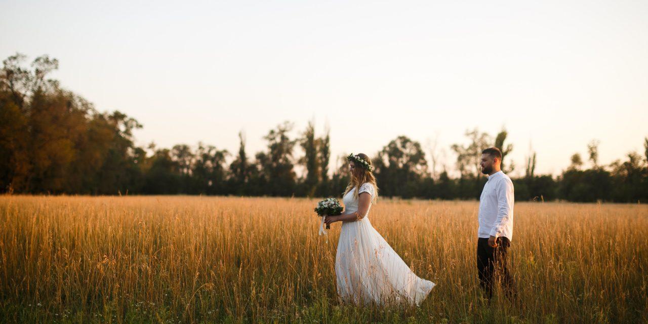 https://www.verlichtingtips.nl/wp-content/uploads/2020/03/groom-standing-next-to-bride-holding-bouquet-of-flower-on-1573008-1280x640.jpg