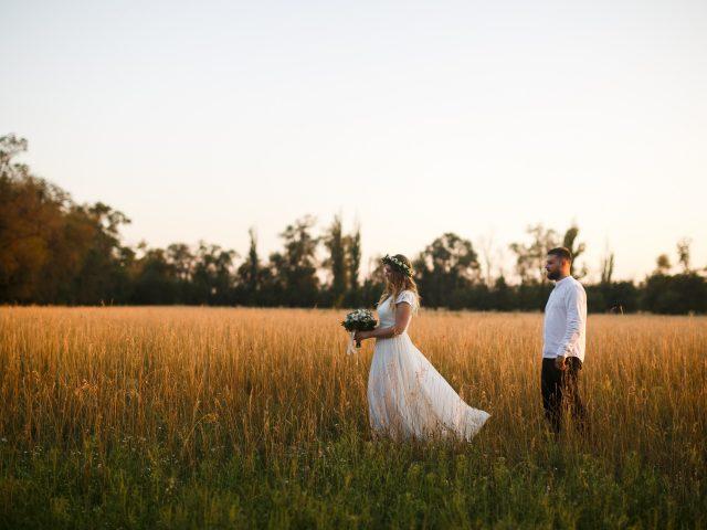 https://www.verlichtingtips.nl/wp-content/uploads/2020/03/groom-standing-next-to-bride-holding-bouquet-of-flower-on-1573008-640x480.jpg